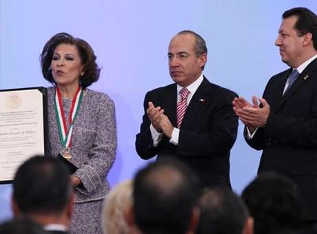Isabel Miranda de Wallace is awarded the National Award for Human Rights in 2010. Photo: Notimex
